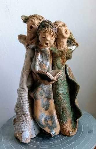 Girl trio by Grete Ryberg Høgh | keramik