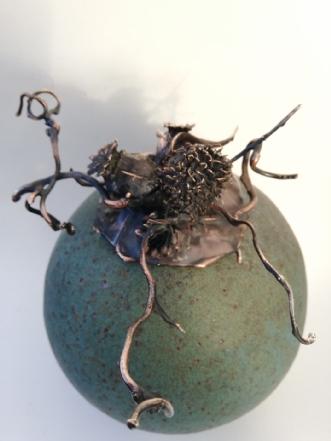 Vase med låg i bron.. by Nina Hansen | keramik