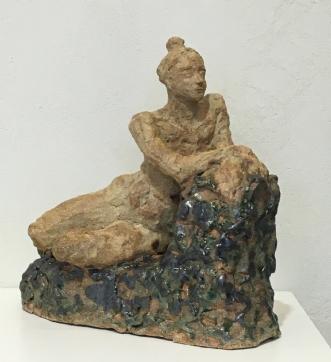 Halvliggende kvinde by Anna Johansen | keramik