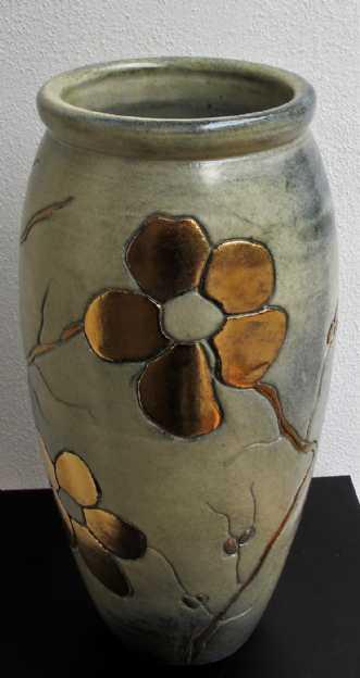 gulvvase mellem m. blomst og metal
