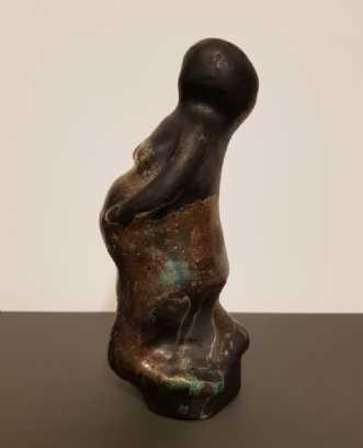 Pregnent, skulptur i Keramik og Rakubrænding,  glasur i changer farver,  meget kobberafKate Piil