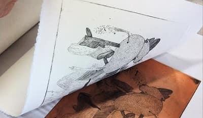 Med en graveringsnål ridser kunstneren et billede på en metalplade